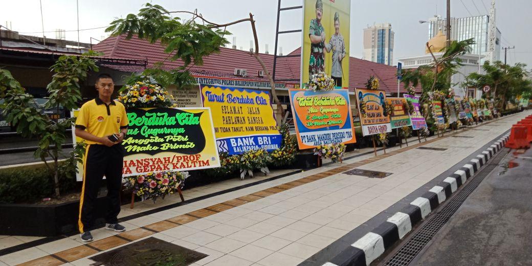 "Puluhan Karangan Bunga,"" Turut Berduka Atas Wafatnya 6 Anggota POLRI Ditangan TERORIS Yang Bengis "" Berjejer di Depan Polres Balikpapan"