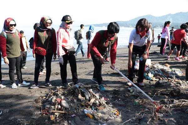 Peduli Lingkungan, Polwan se-Indonesia Bersihkan Pantai Tuminting Manado