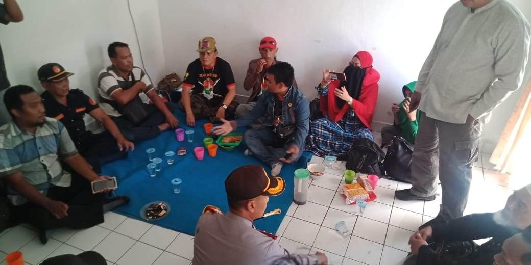 Kapolres Balikpapan AKBP Wiwin Firta YAP, SIK & Jajaran Redam Emosi Ratusan Anggota Ormas Saat Mengusir Rombongan Abu Jibril
