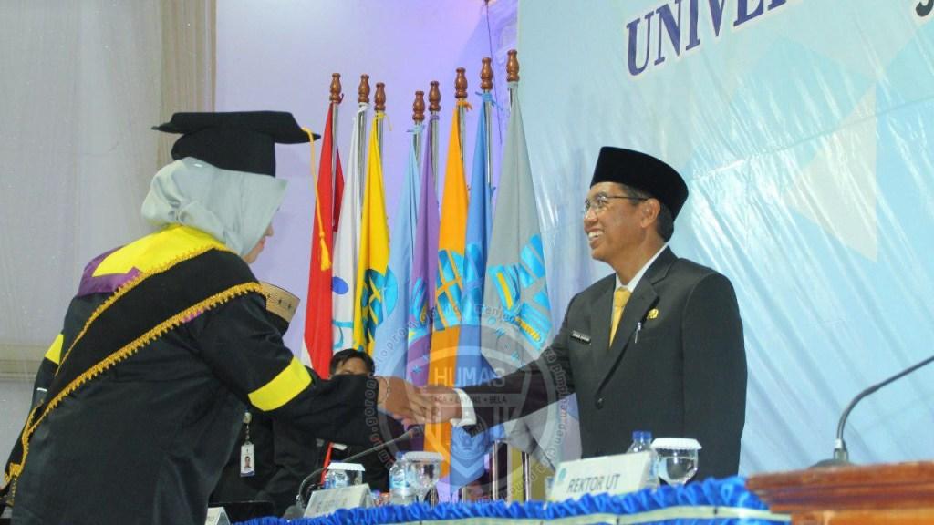 Sekda Pemprov Gorontalo Hadiri Penyerahan Ijazah 300 Wisudawan Universitas Terbuka