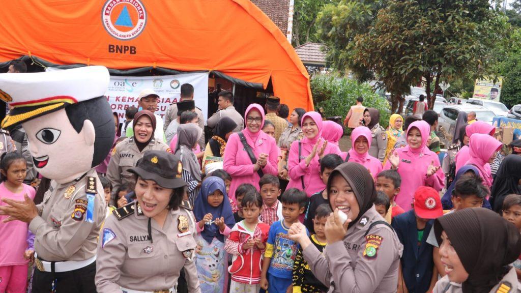 Polwan Nusantara, Gelar Trauma Healing dan Berikan Bantuan Korban Pengungsi Tsunami di Banten