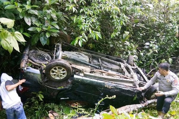 Mobil Daihatsu Xenia DB 1537 EG Masuk Jurang di Ratahan Timur, Dua Korban Luka-luka