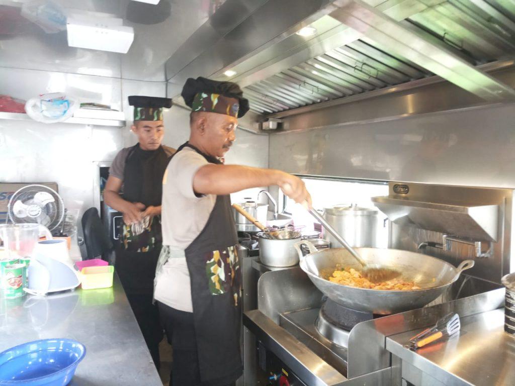 Koki Satuan Brimob Polda Banten Sediahkan Makanan Bagi Pengungsi Tsunami Selat Sunda