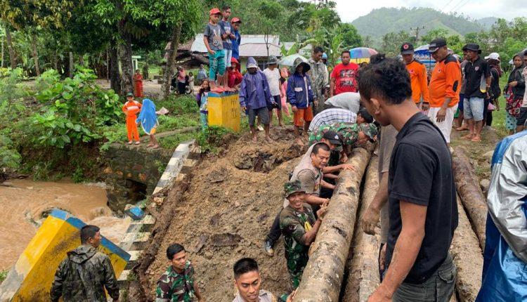 JEMBATAN AMBRUK di KEC. BILATO, TNI POLRI  BERSAMA WARGA BANGUN JEMBATAN DARURAT UNTUK AKTIVITAS WARGA