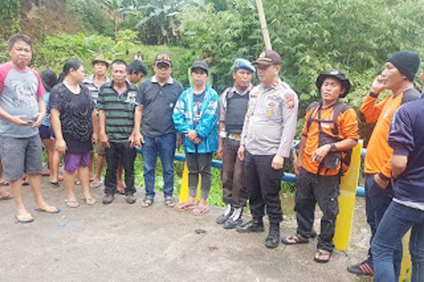 Personil Polsek Tombatu Bersama BPBD Minahasa Tenggara Lakukan Pencarian Anak Hilang Terseret Banjir