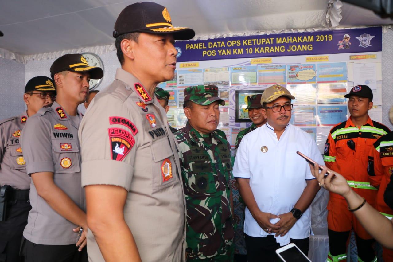 Bersama Pangdam VI Mulawarman, Kapolda Kaltim Tinjau Pos Pelayanan Arus Mudik di KM. 10 Karang Joang
