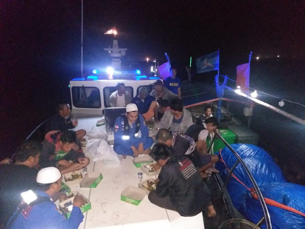 Diatas Kapal Patroli, Personel Ditpolairud Polda Sumatera Utara (Sumut) Sahur On The Sea Bersama Nelayan