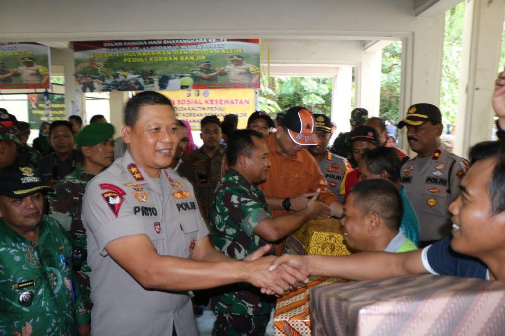 Berikan Bantuan Ke Posko Korban Banjir di Samarinda, Kapolda dan Pangdam Disambut Hangat Warga