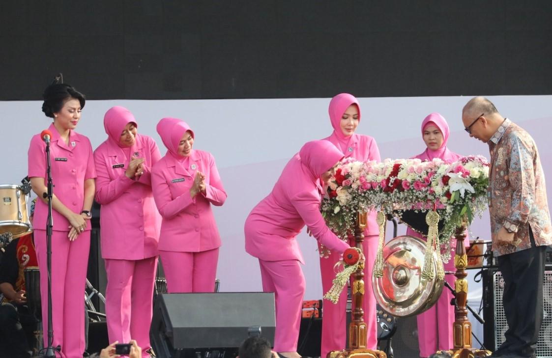 Ketua Umum Bhayangkari Ny. Tri Tito Karnavian Membuka Pencanangan HKGB Ke-67 di Balikpapan