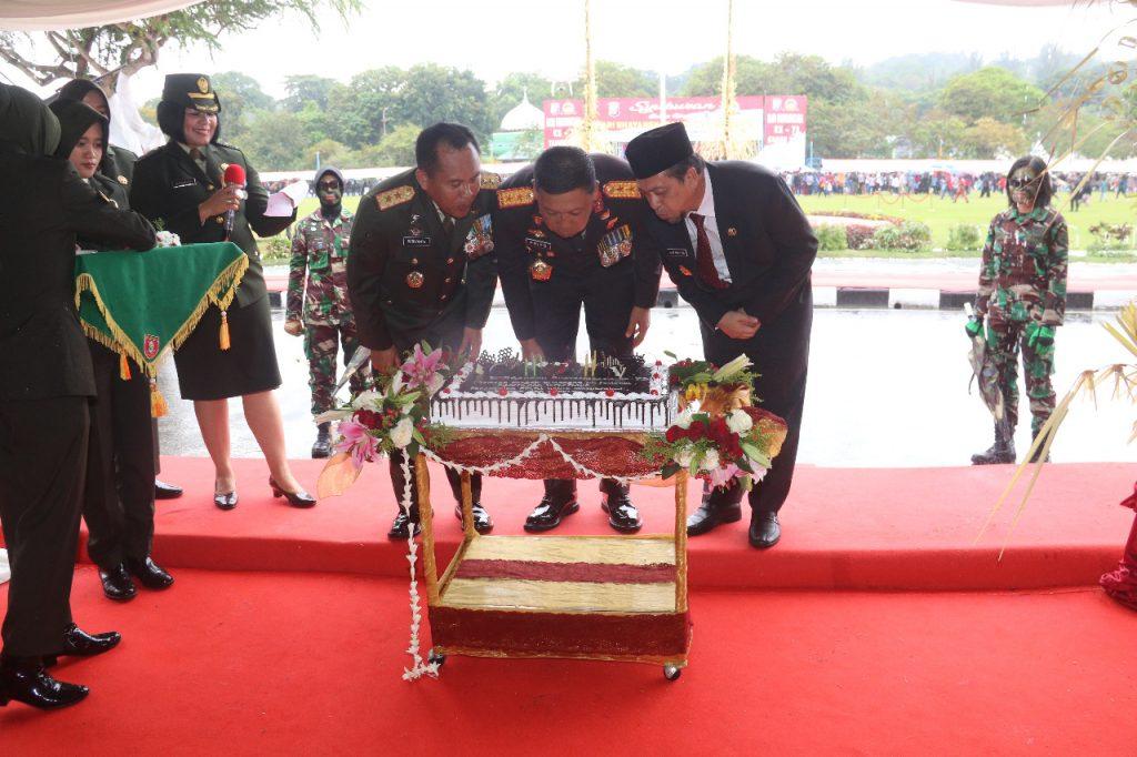 Syukuran Dalam Rangka HUT Bhayangkara ke-73, Pangdam VI Mulawarman Beri Kejutan Kepada Kapolda Kaltim