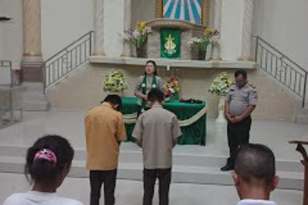 Bolos Lalu Tenggak Miras, 2 Orang Pelajar Ini Diantar Polisi ke Gereja untuk Didoakan