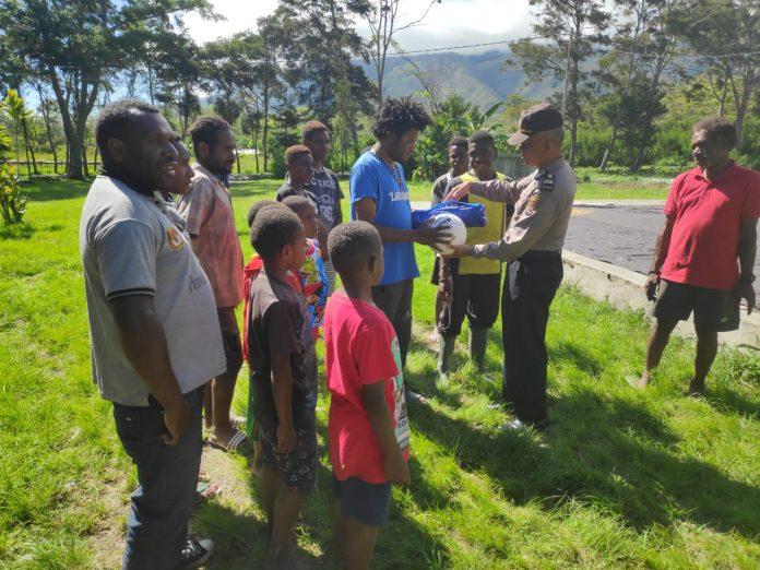 Polisi Serahkan Bantuan Sarana Olah Raga Kepada Pemuda Kampung Yagara & Wesakma Jayawijaya