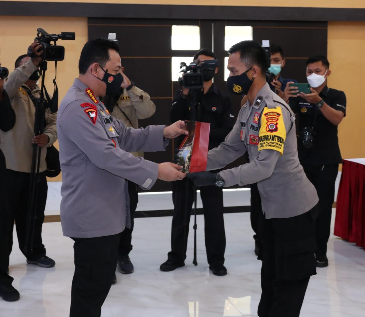 Kapolri Memberikan Penghargaan Berupa Kesempatan Sekolah Perwira 2 Anggota Polda DIY yang Berprestasi