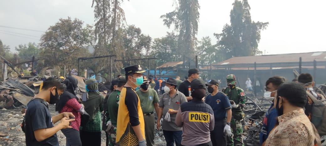 TNI-Polri Bantu Warga Bersihkan Puing Sisa Kebakaran di Pasar Citra Mas Loktuan Kota Bontang