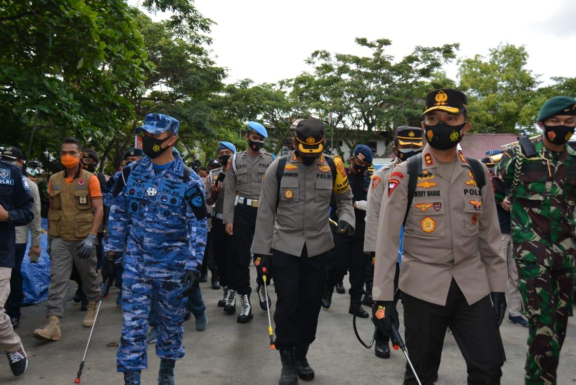 Tekan Penyebaran Covid-19, TNI-Polri di Balikpapan Bersama Masyarakat Laksanakan Penyemprotan Disinfektan