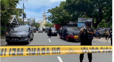 Gegana Brimob Polda Sulsel Sisir Lokasi Kejadian Bom Bunuh Diri di Depan Gereja Katedral