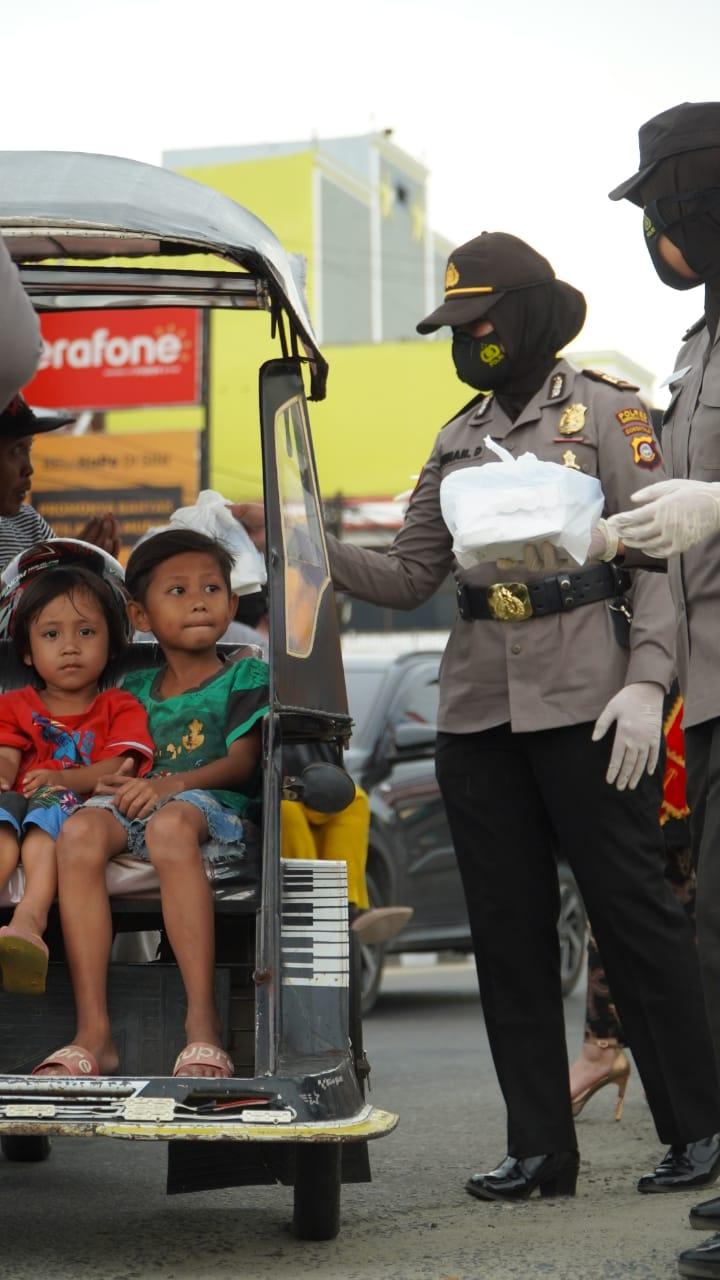 Peringati Hari Kartini & Bulan Suci Ramadhan, Polwan Polres Gorontalo Kota Berbagi Takjil