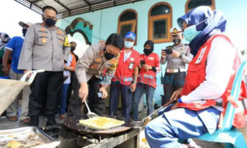 Kapolda Jatim  Irjen Pol. Nico Afinta, Bantu Sajikan Makanan Bagi Korban Gempa Bumi di Malang