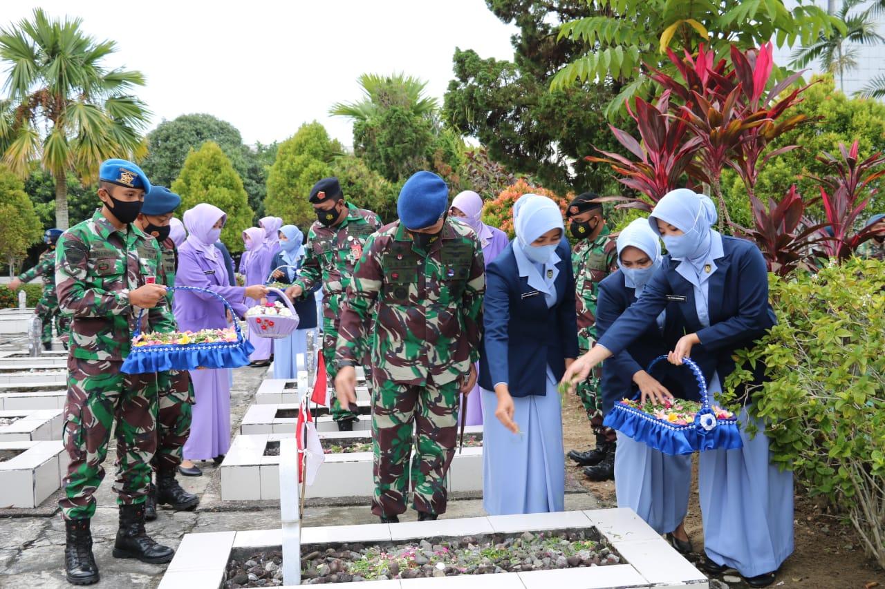 Ziarah Rombongan Lanud Dhomber Dalam Rangka HUT Ke-75 TNI AU ke TMP Dharma Agung