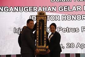 Kapolda Bali Irjen Pol. Dr. Drs. Petrus R. Golose Berikan Kenang-Kenangan kepada Rektor Universitas Udayana