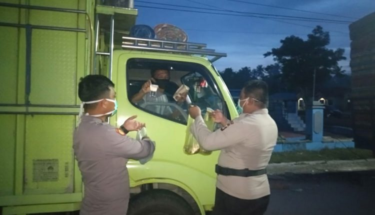 Pandemi Covid19, TNI-POLRI Bantu Berikan Makanan Buar Warga di Perbatasan Gorontalo-Sulteng
