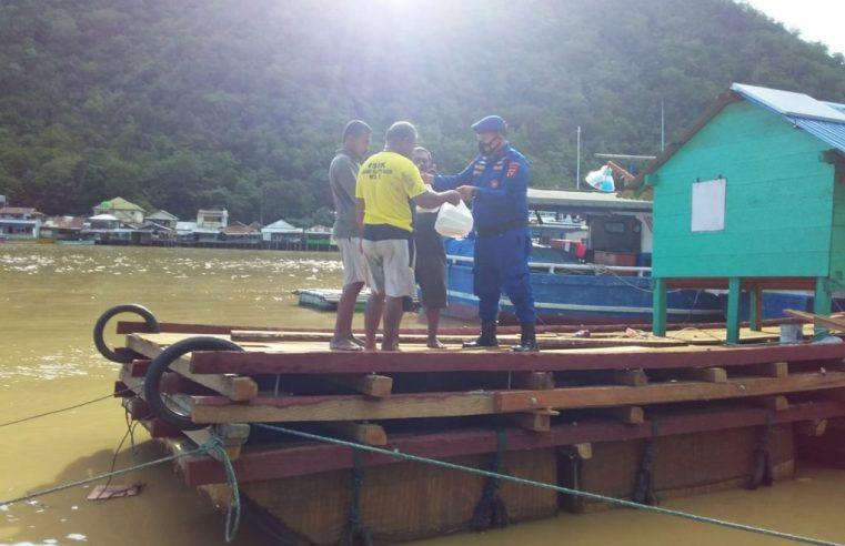 Manfaatkan Bulan Suci Ramadhan, Polair Polda Gorontalo Bagikan Takjil Bagi Nelayan & Warga Pesisir Pantai
